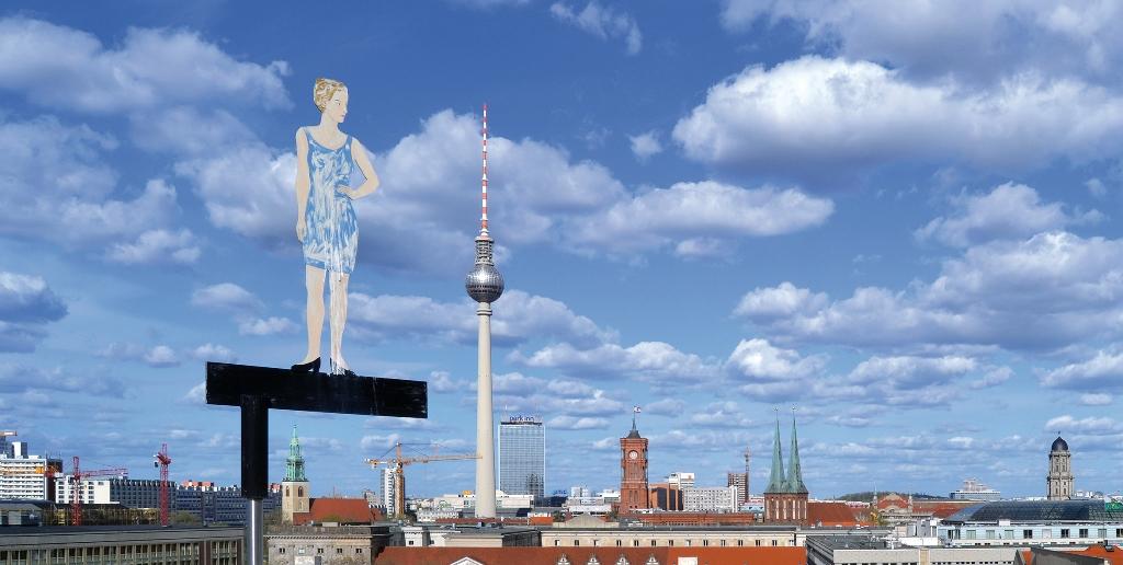 Blick von der Dachterasse des AA. Artwork: Stefan Balkenhol. Foto: Anemone Vostell